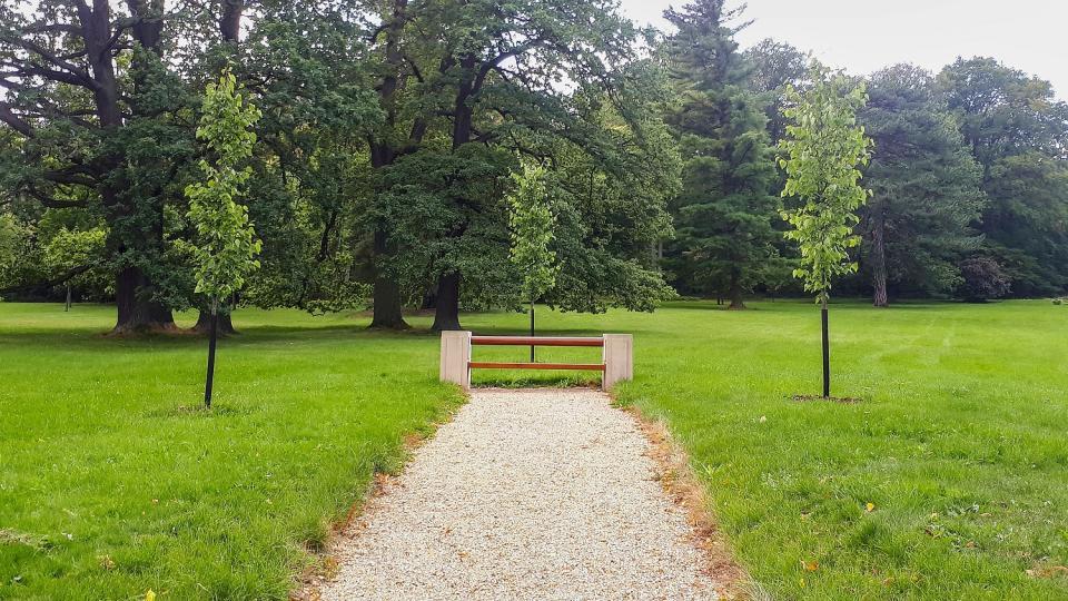Prezidentská lavička, kterou v duchu laviček J. Plečnika nechal instalovat prezident Miloš Zeman