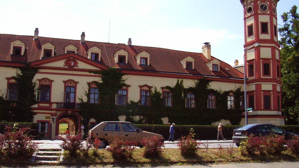 Současná podoba heřmanoměsteckého zámku je z dob Šporků (1661 - 1794), dnes je zde umístěn domov důchodců