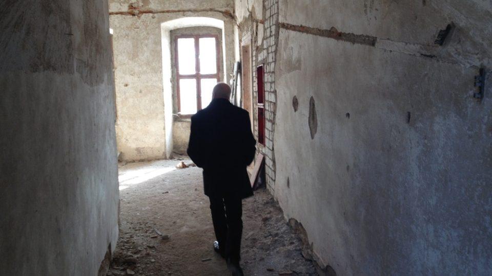 Rožmitál pod Třemšínem. Tajemník Ivan Havel v chodbách chátrajícho zámku
