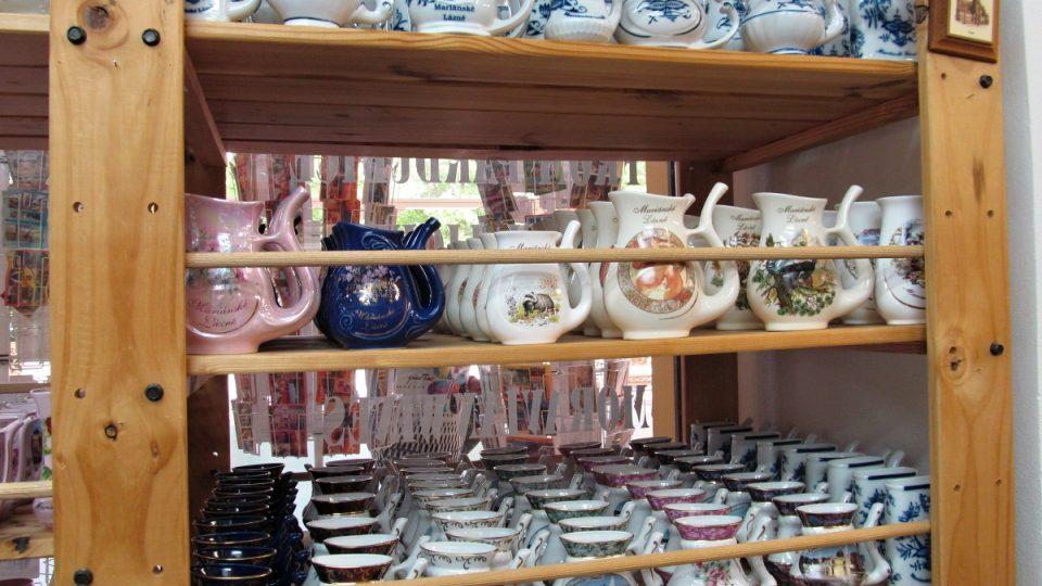 Mariánské Lázně - porcelánová pítka v obchodě se suvenýry
