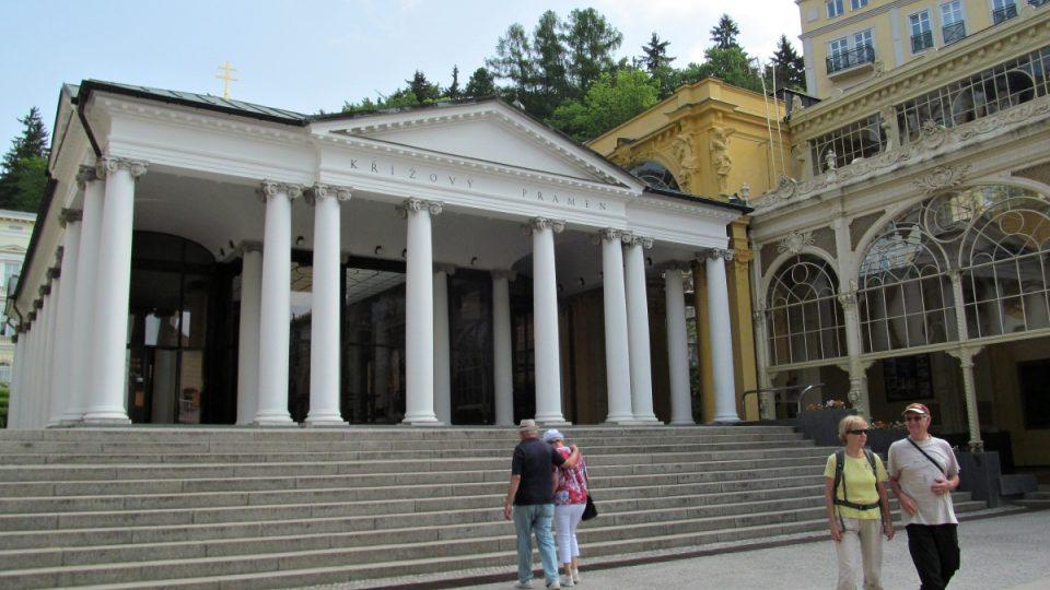 Mariánské Lázně - před Pavilonem Křížového pramene
