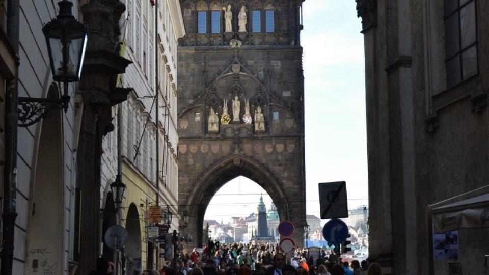 Staroměstská mostecká věž se začala stavět společně s mostem