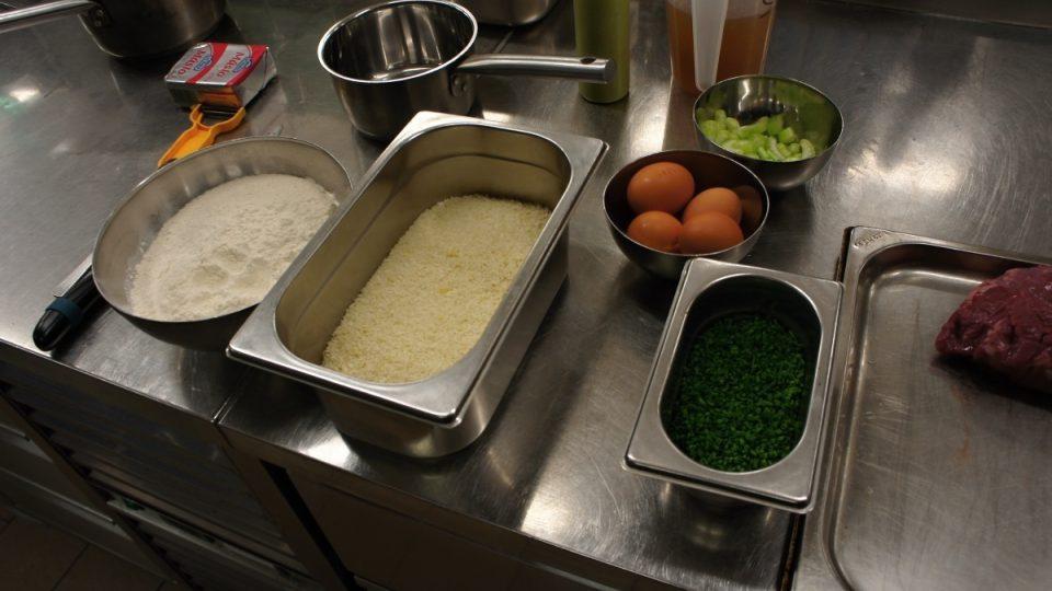 Máslo, mouka, strouhanka, vajíčka, řapíkatý celer a pažitka