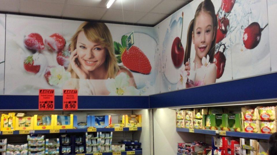 Obrázky zdravých spokojených lidí, svěžího ovoce a chuť na jogurt se dostaví