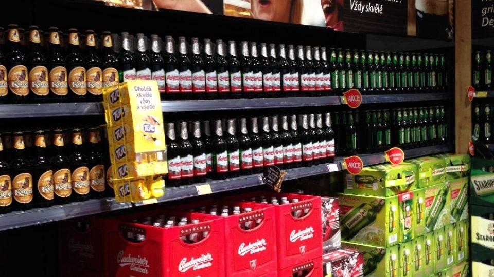 Orosené půllitry na fotografii probudí chuť na pivo, a k nim koupíme ještě krekry...