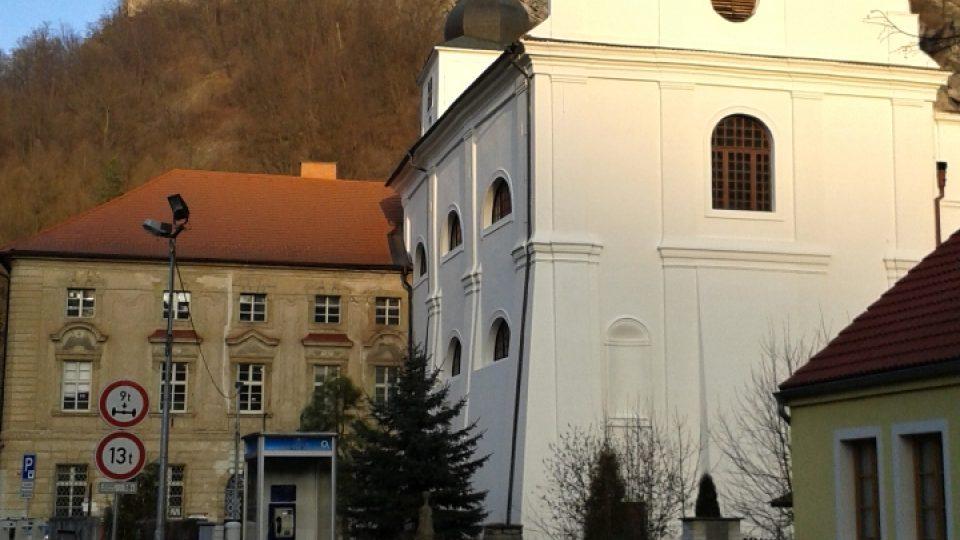 Pohled na klášter, kostel a vyhlídku na skalním výběžku