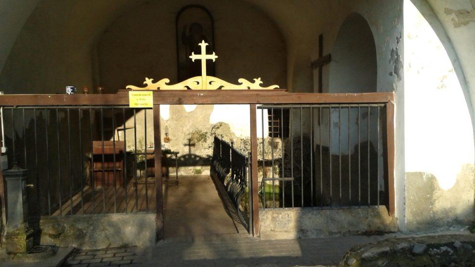 Přístup ke studánce sv. Ivana je z boční strany kostela