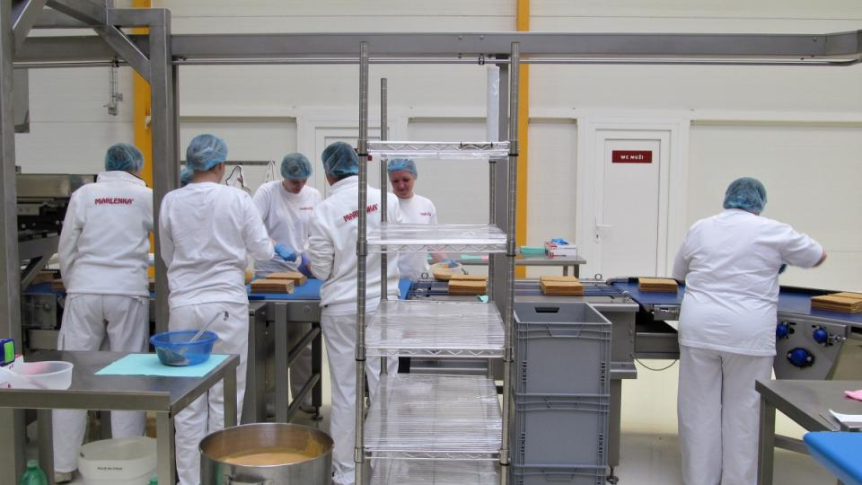Cukráři u výrobní linky