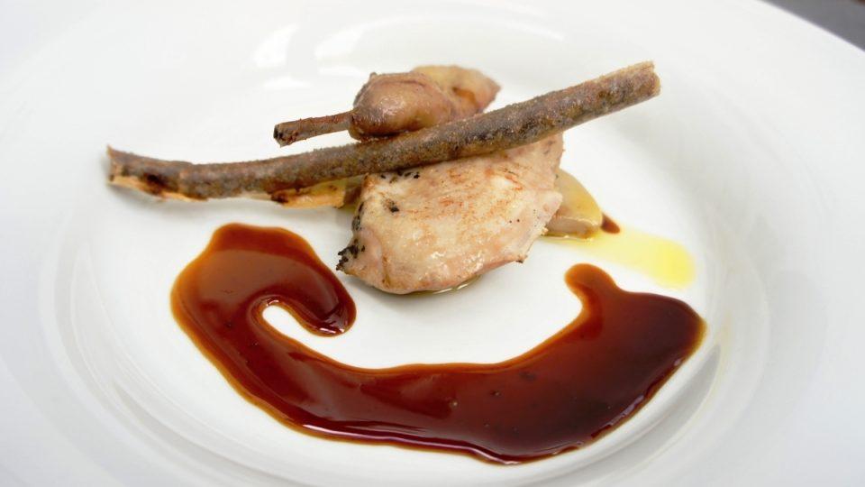 Křepelčí prsíčka a stehýnka s tučnými játry, fíkovou rolkou a omáčkou z granátových jablek