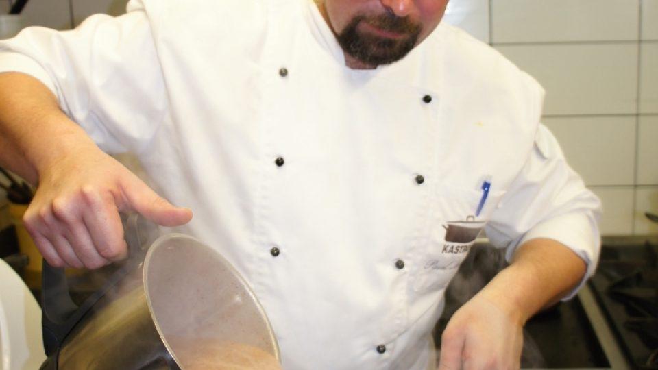 Pavel Mencl přelévá polévku z nádoby mixéru do hrnce