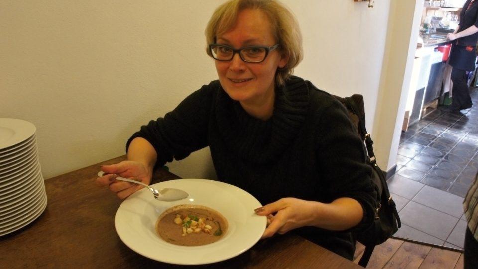 Zuzana Slavíková ochutnává fazolový krém se slaninou