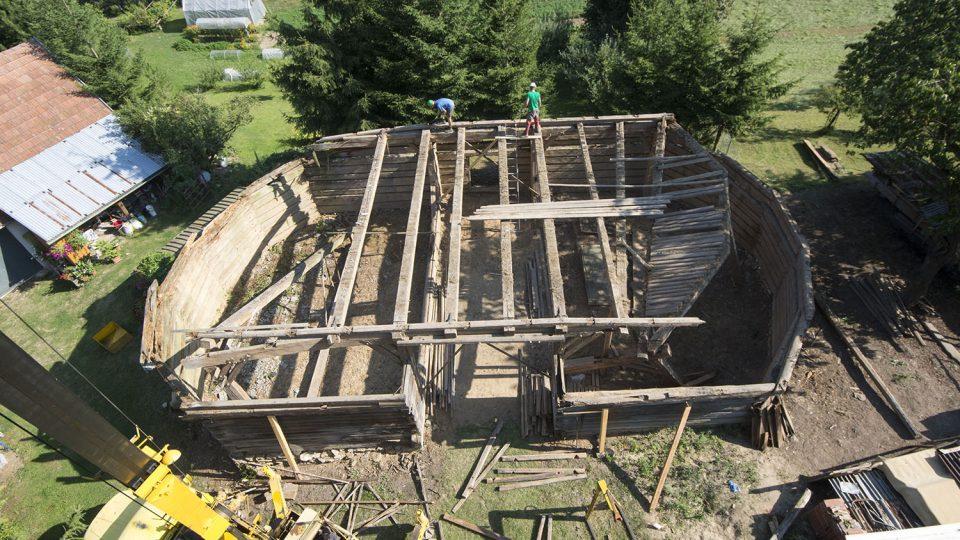 Rozebírání historické stodoly v Čisté