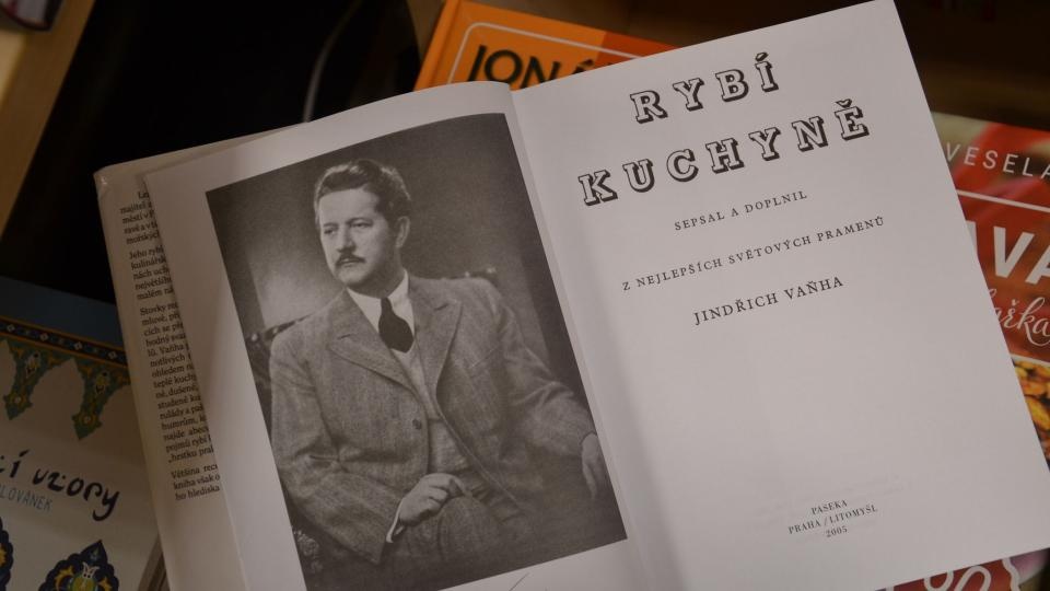 Jindřich Vaňha na fotografii ve své rybí kuchařské knize