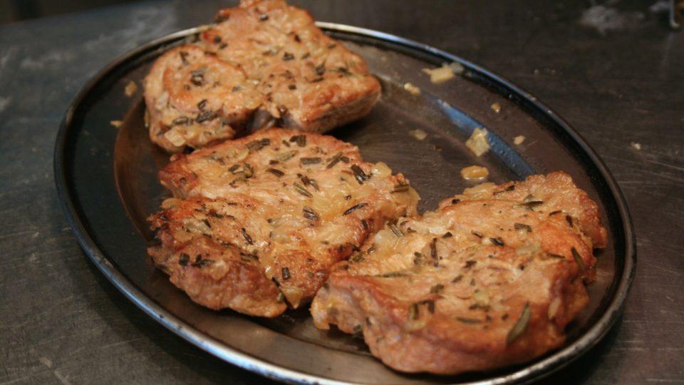 Maso s cibulí v pekáči podlijeme vodou, zakryjeme alobalem a dáme péct na hodinu do rozehřáté trouby na 170 stupňů