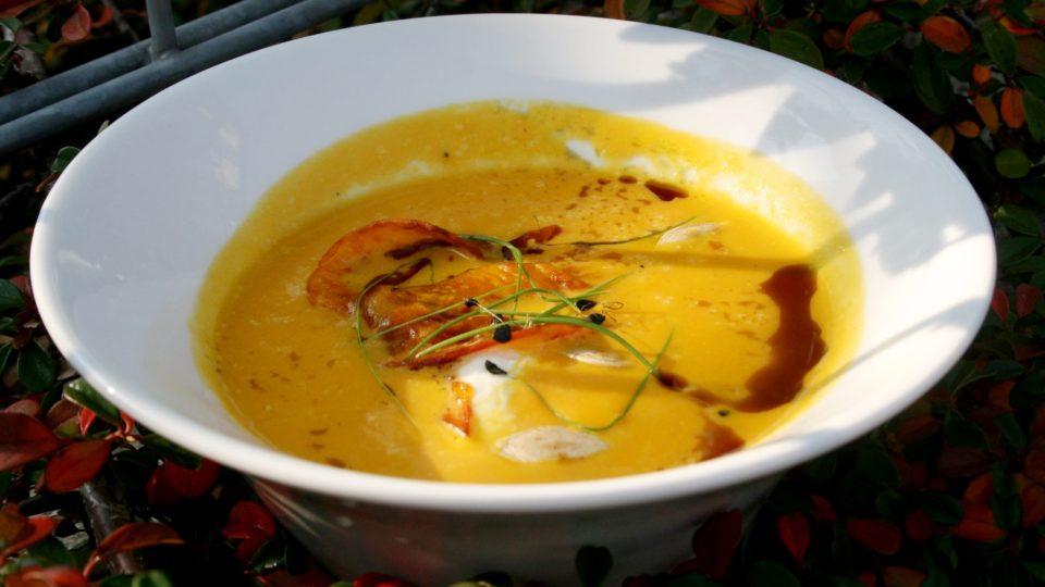 Dýňová polévka s crème fraîche a dýňovým olejem