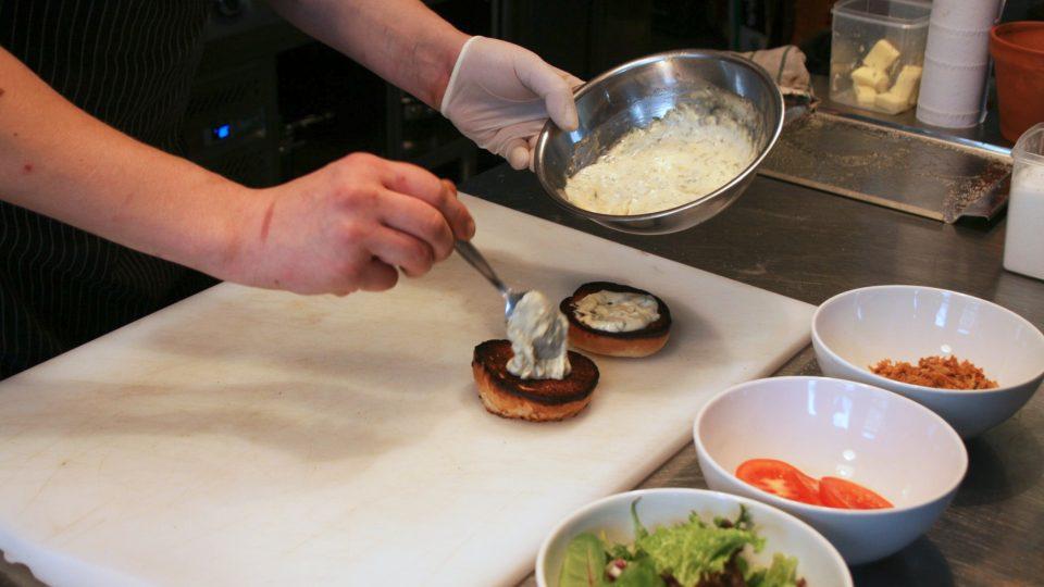 Na dolní část bulky namažte trochu majonézy
