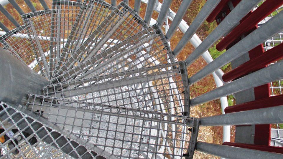 Točité schody na rozhlednu na Kotli