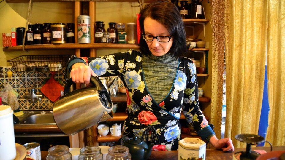 """""""Nejdůležitější je nahřát si předem konvici na čaj a nahřát i hrníčky,"""" popisuje Iva Pařízková přípravu čaje Earl Grey"""