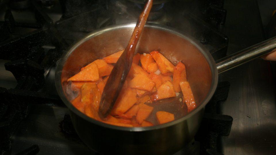 V rozpáleném kastrolu se slunečnicovým olejem necháme zesklovatět najemno nakrájenou cibuli, přidáme opečenou dýni a necháme změknout