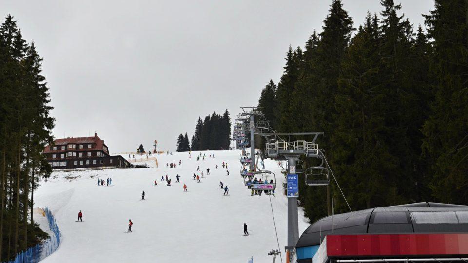 Svah, na kterém sjížděli první lyžaři v Krkonoších