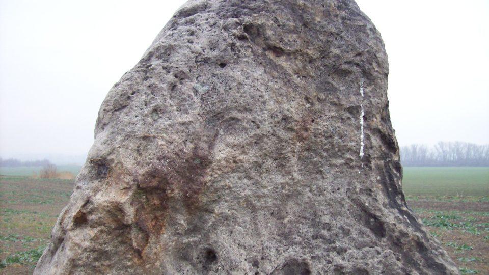 Menhir řadí geologové mezi křemence s odhadovaným stářím 25 milionů let