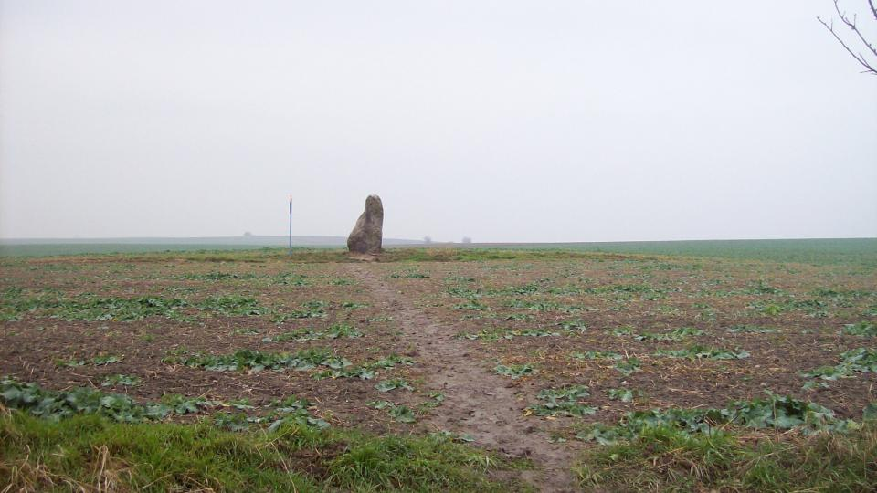 K menhiru vede poměrně pohodlná přístupová cesta