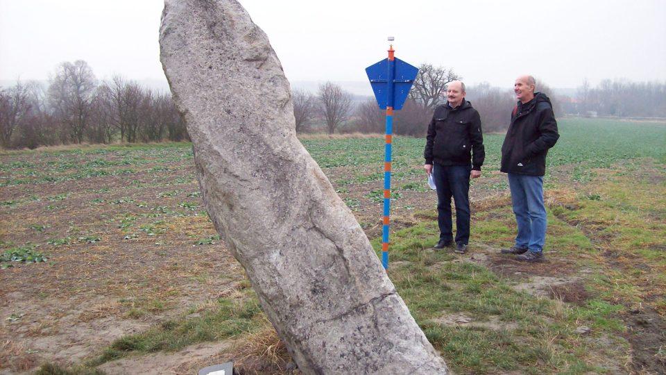 Kámen vysoký 220 centimetrů, který je vztyčený na poli na okraji obce Drahomyšl na Žatecku, vzbuzoval odedávna zájem lidí