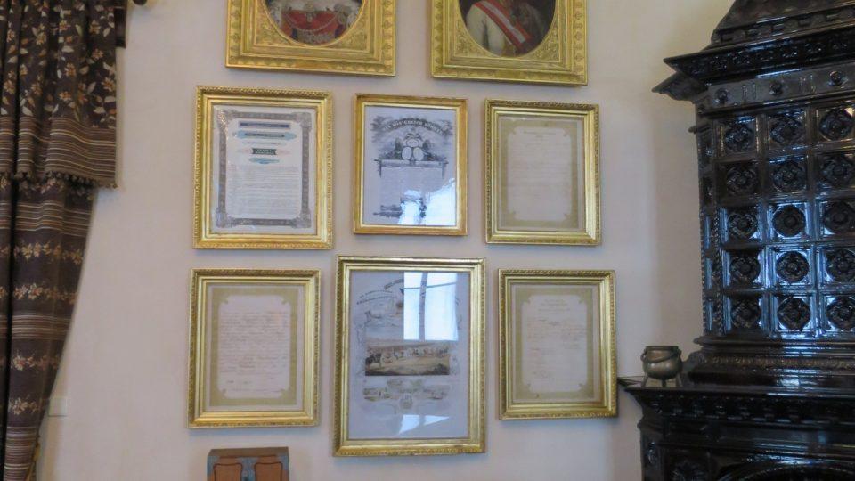 V Pamětní síni jsou vystavené také různé historické dokumenty podepsané největšími panovníky Evropy