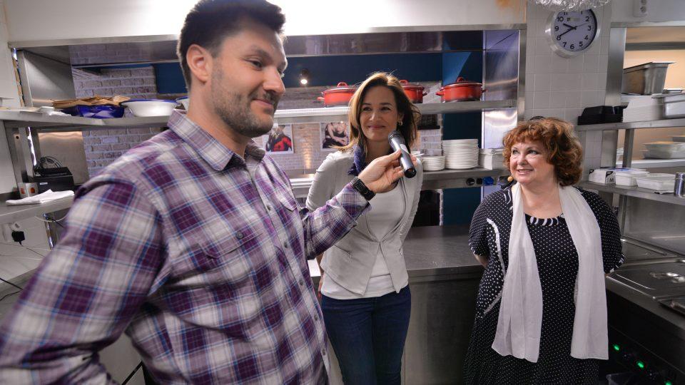 Patrik Rozehnal, Klára Doležalová a Naďa Konvalinková při natáčení Pochoutek na talíři