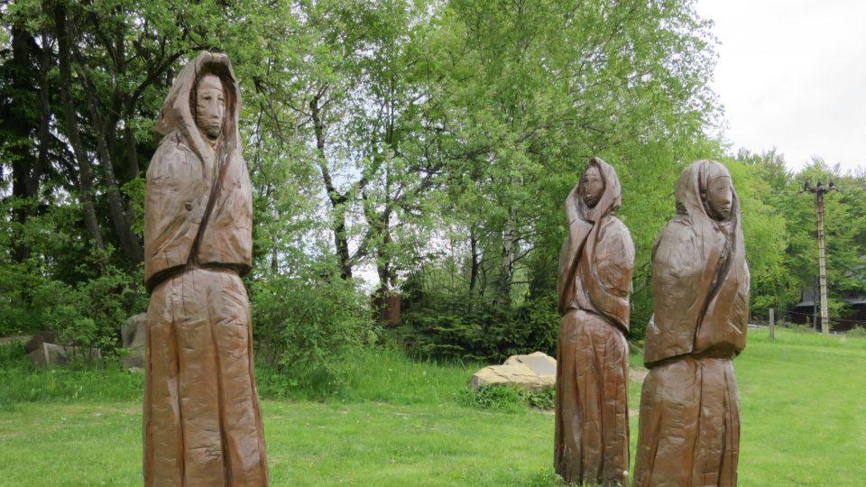 Stezku doplňují dřevěné sochy představující nejen vybájené postavy z pohádek a pověstí, ale i původní obyvatele při práci nebo tanci