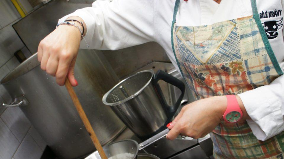 Do polévky přidáme smetanu a víno. Osolíme, okořeníme a vše kvůli cibulce v kaši propasírujeme. Následně provaříme, aby se odvařilo víno