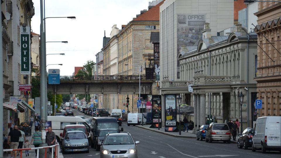 Tři mostní oblouky byly zbořeny kvůli přemostění Křižíkovy ulice