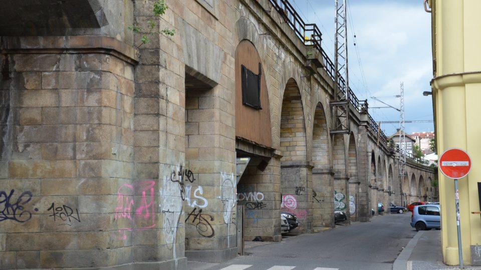 S 1 110 metry je Negrelliho viadukt nejdelším železničním mostem u nás