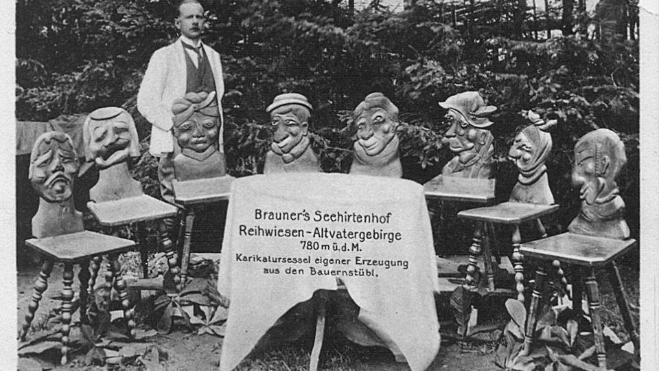 Reklamní pohlednice ze 20. let propaguje restauraci také vyřezávanými židlemi