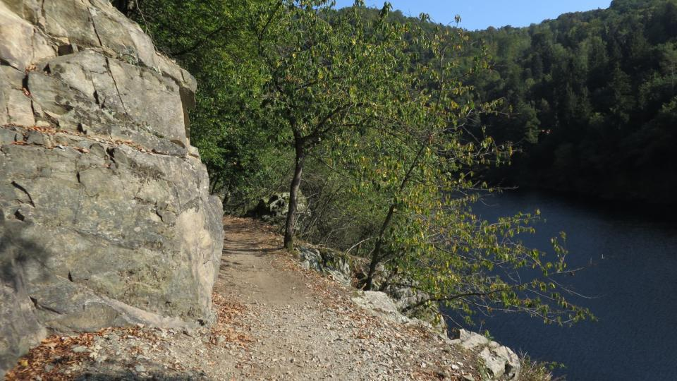 Cesta podél skal je úzká asi 70 cm