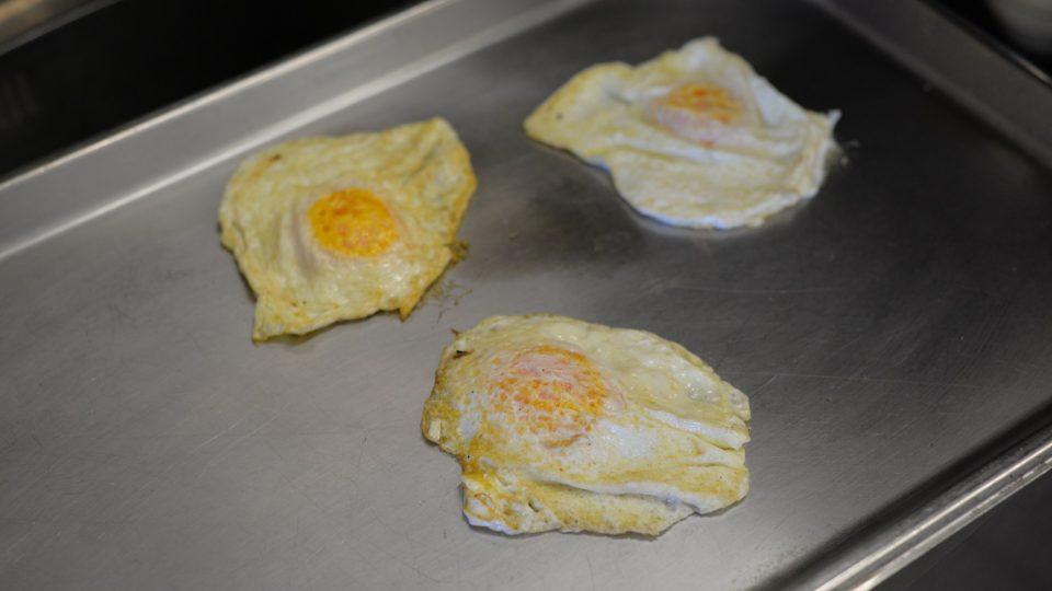 Zvolna vejce restujeme, aby bílek ztuhnul a žloutek zůstal mírně tekutý