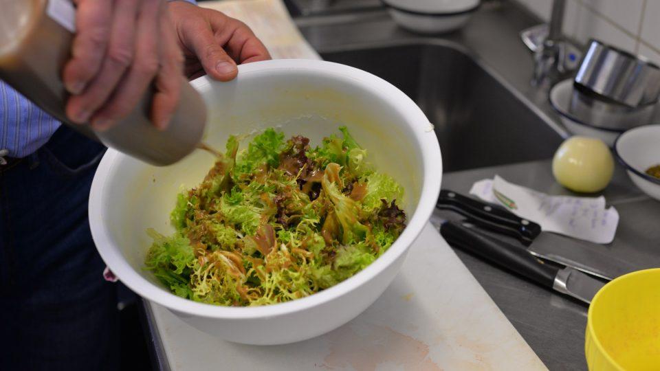 Před podáváním zalijeme zálivkou, kterou se salátem promícháme