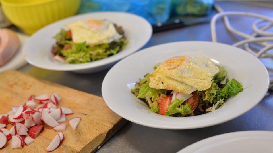 Salát mesclun se slaninou a vejcem