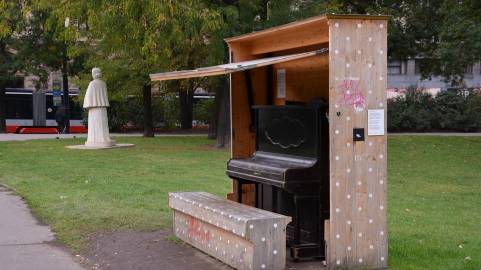 Na Karlově náměstí si můžete zahrát na piáno, v pozadí pomník Elišky Krásnohorské