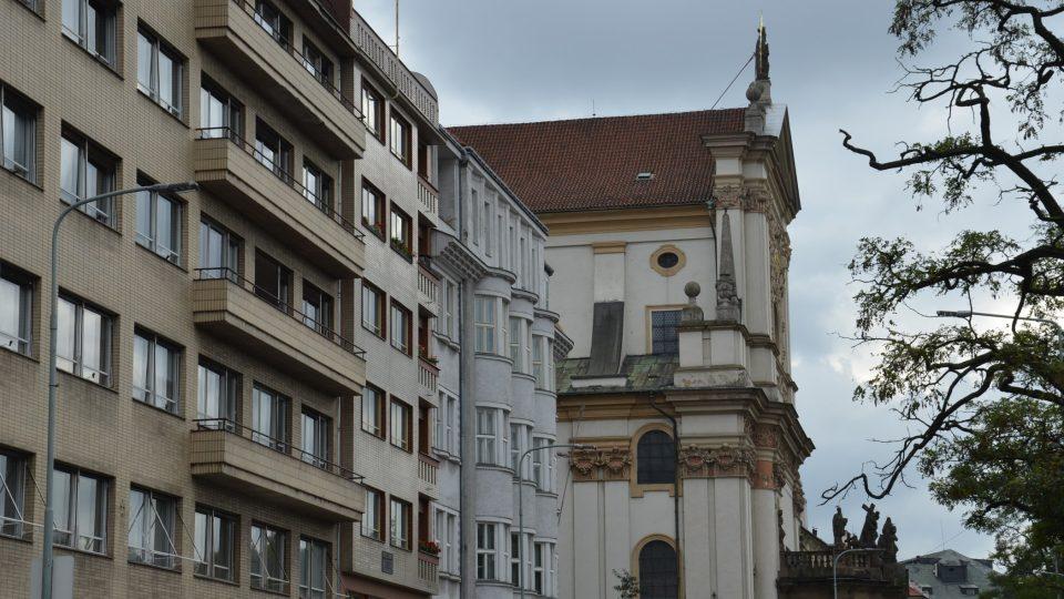 Na konci bloku domů stojí měšťanský dům U Kamenného stolu