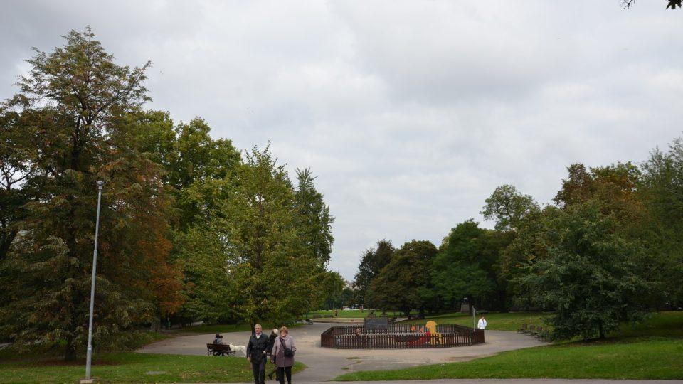 Park na Karlově náměstí s dětským hřištěm