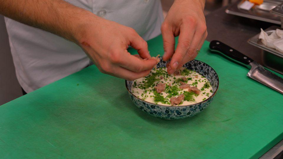 Podáváme v hlubokém talíři, kam dáme našlehanou pěnu z brambor a smetany a přidáme do ní brambory obalené v popelu