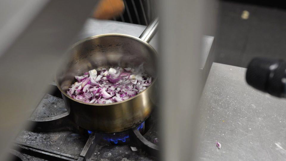 K paštice si můžete připravit i omáčku ze šalotky - jemné cibule