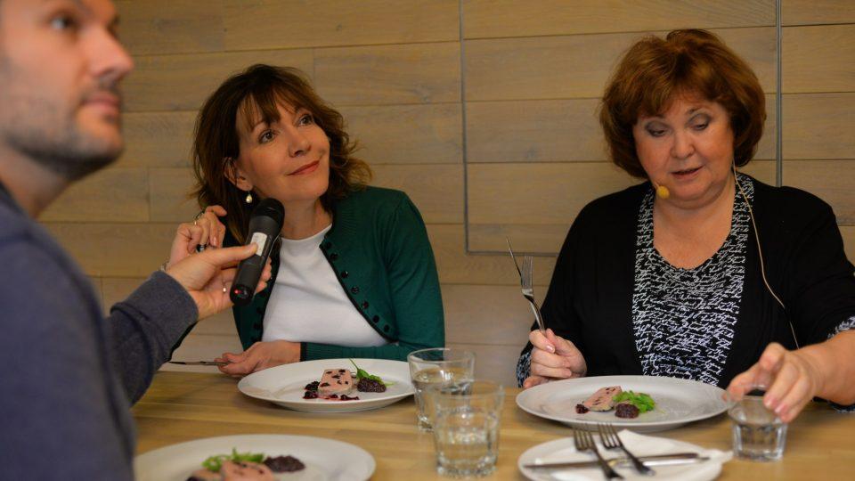 Michaela Dolinová a Naďa Konvalinková při závěrečné degustaci