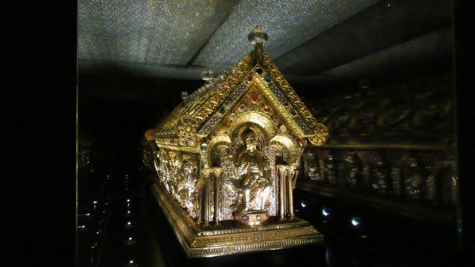 Z jedné strany hlídá vstup do schránky svatý Maurus