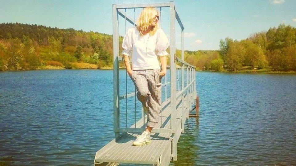 Tereza u rybníku Bartoň na okraji Lužné. Oblíbila si to tu už jako malá a chodí si sem čistit hlavu i dnes