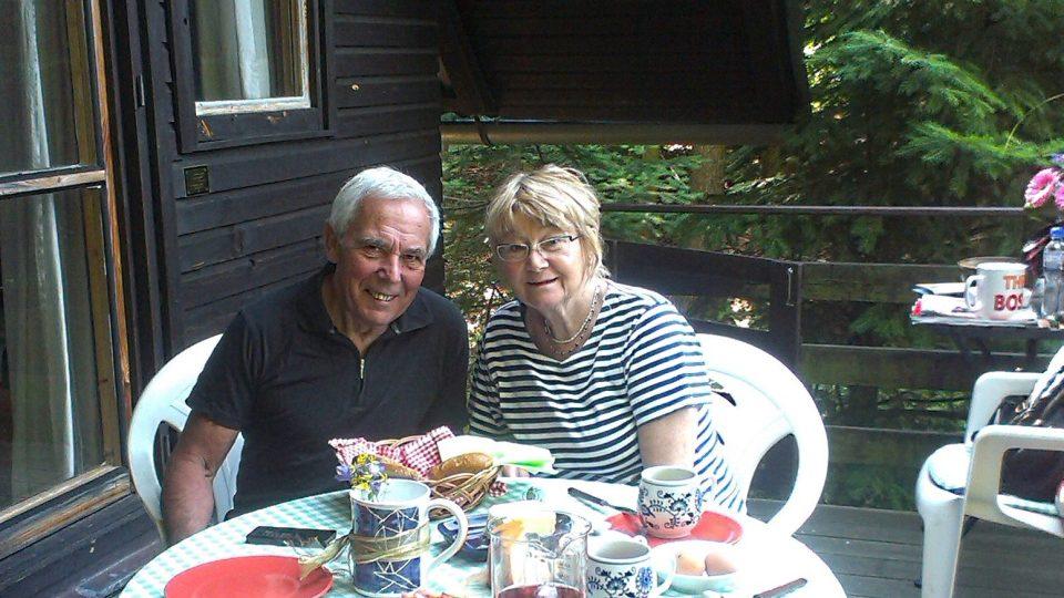 S manželkou na terase jejich chaty v Klučenicích