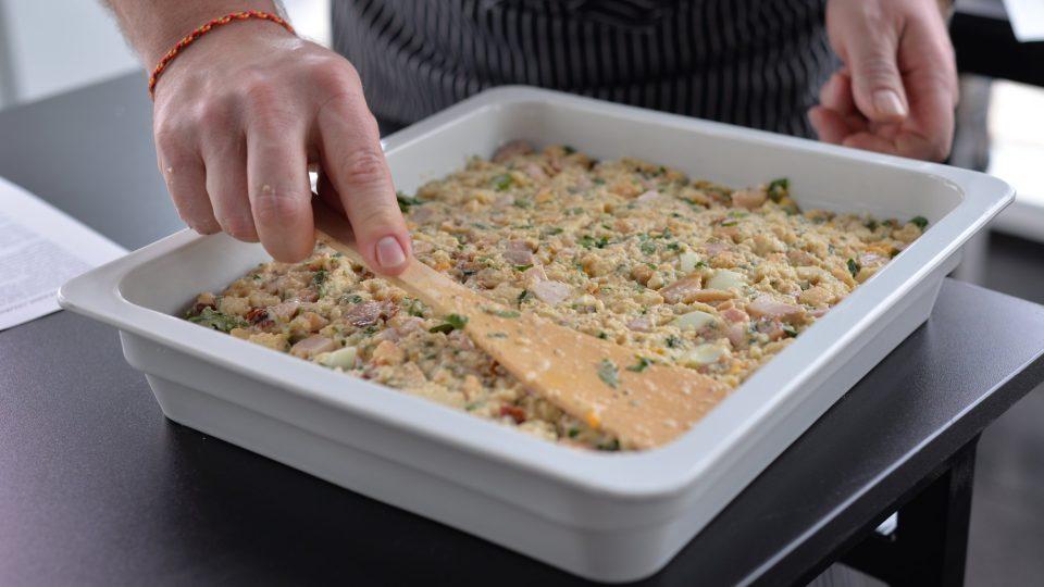 Nádivku dáme do tukem vymazané formy a pečeme v rozehřáté troubě na 180 stupňů po dobu 45 až 90 minut
