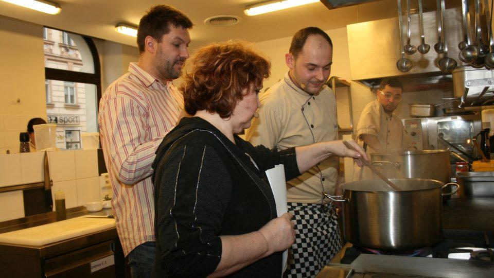 Při vaření pomáhala i Naďa Konvalinková