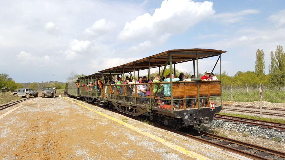 Vozy tažené parní lokomotivou zajišťují dopravní spojení mezi tankodromem a Mirakulem